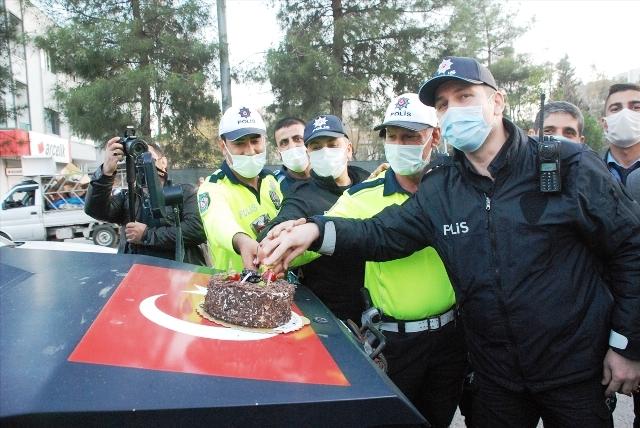 """""""Olumsuzluk"""" ihbarı üzerine bölgeye  giden polislere sürpriz kutlama"""