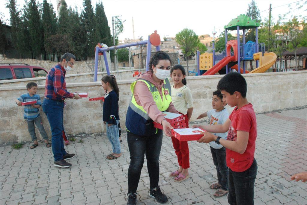 Midyat Belediyesinden çocuklara pizza ikramı