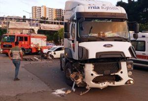 Tır ve otomobil çarpıştı: 2 yaralı
