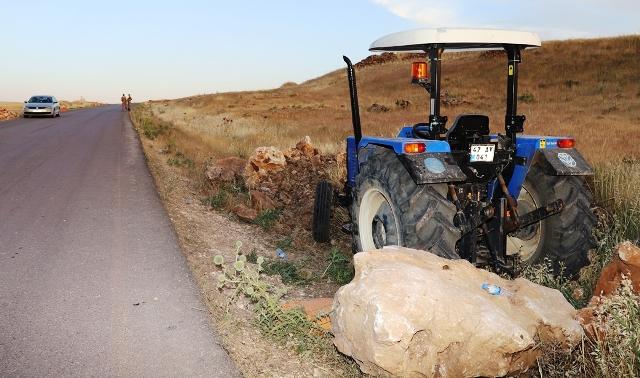 Seyir halindeki traktörden düşen sürücü öldü