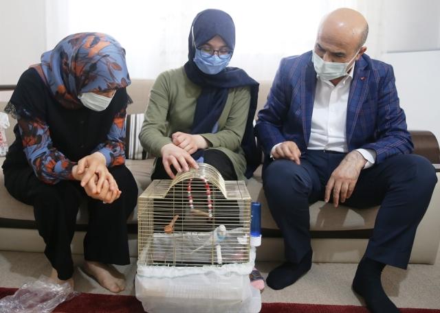 Vali Demirtaş'tan, resmini çizdiği el ilanıyla muhabbet kuşunu arayan çocuğa sürpriz