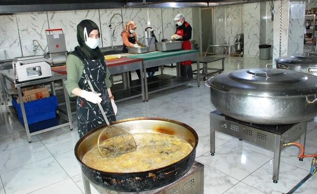 Midyat Belediyesi,  ramazan ayı boyunca sıcak  yemek dağıtımı yapıyor