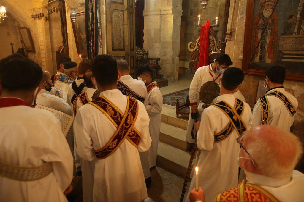 Paskalya ayininde salgının bir an önce sona ermesi için dua edildi