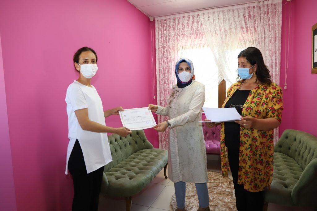 Eğitimlerini tamamlayan kadın kursiyerlere sertifika