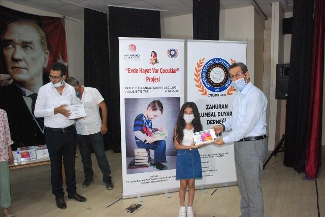 Midyat'ta 35 öğrenciye tablet,  500 öğrenciye kitap hediye edildi