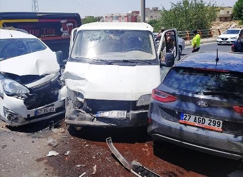Artuklu'da 3 aracın karıştığı  kazada 7 kişi yaralandı